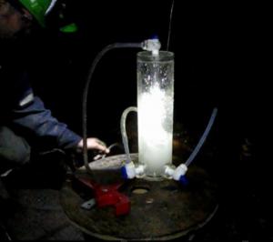 Gas y agua de fractura fluyendo desde los pozos a través de un dispositivo de muestreo
