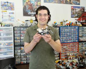 """El ingeniero mecánico Stephen Pakbaz muestra el modelo LEGO del """"Mars Curiosity rover"""" que él diseñó."""
