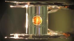 Envoltura metálica llamada hohlraum contiene la cápsula de combustible para los experimentos del  National Ignition Facility (NIF). Imagen cortesía del NNLN
