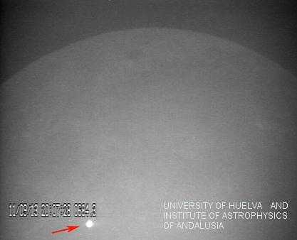 Imagen del resplandor producido por el impacto de un meteorito en la superficie lunar el 11 de septiembre de 2013, captada por el observatorio MIDAS. Créditos: J. Madiedo / MIDAS Read more at: http://phys.org/news/2014-02-astronomers-record-breaking-lunar-impact.html#jCp