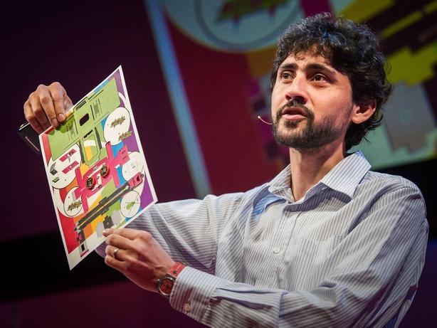 Manu Prakash mostrando su microscopio de papel