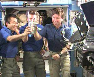 """Astronautas brindando con """"pipí"""" purificado D:"""