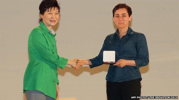 La Prof. Mirzakhani (derecha) reciviendo su medalla de la presidenta surcoreana Park Geun-Hye