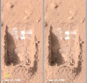 Hielo de agua bajo la superficie marciana. Imagen captada en 2008 por el lander Phoenix.
