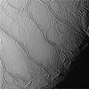 Rayas de tigre en la superficie de hielo de Encélado. Créditos: NASA.