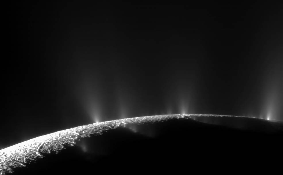 Dramáticos jets de hielo,  vapor de agua y compuestos orgánicos  emergen del polo sur de la luna de Saturno, Encélado. Imagen captada por la sonda Cassini de la NASA en noviembre de 2009. Créditos: NASA/JPL-Caltech/Space Science Institute.