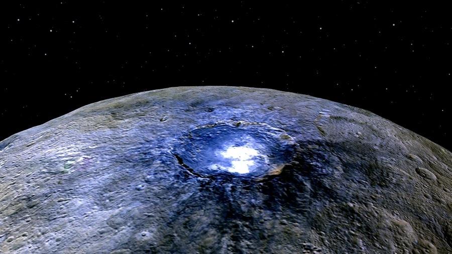 Esta representación del cráter Occator en falso color, muestra la diferencia de composición en la superficie. Créditos: NASA/JPL-Caltech/UCLA/MPS/DLR/IDA