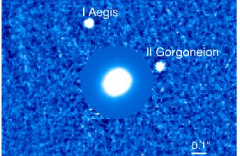 Imagen procesada de IFS del sistema de asteroides Minerva. La intensidad de los pixeles en la parte del asteroide principal fue disminuida para que los satélites se puedan distinguir claramente.